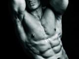 парень спортивного телосложения