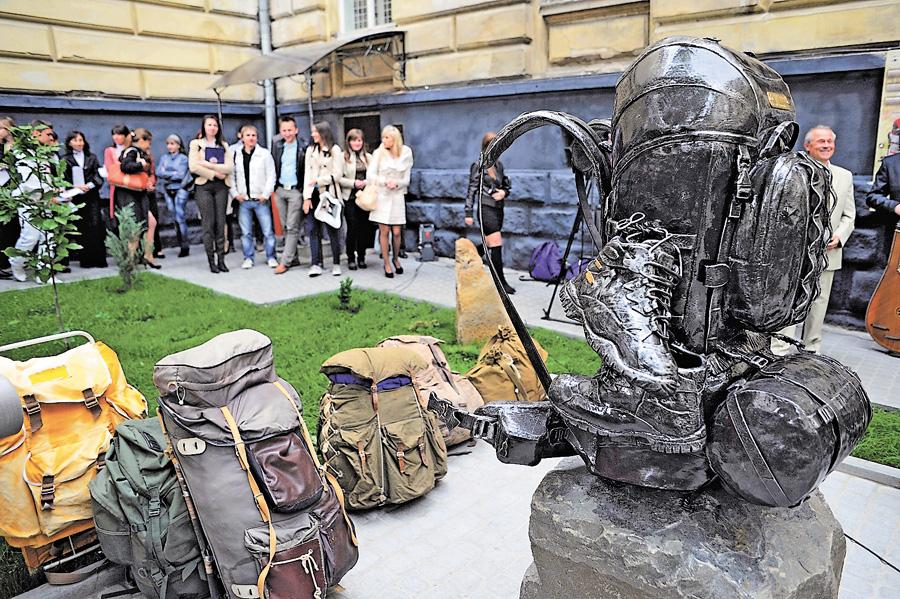 Во Львове открыт первый в мире памятник рюкзаку