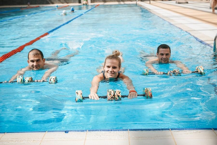 посещать фитнес-клуб с бассейном